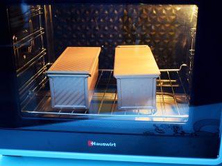 南瓜吐司,放入预热好的海氏烤箱,上下火160度,下层30分钟