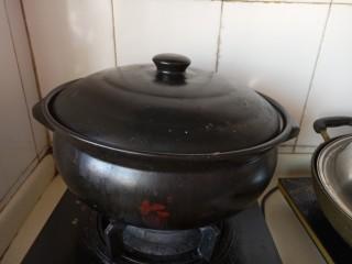 大骨头炖酸菜,大火烧开后小火慢煮。炖的越久越好吃