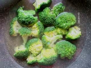 红烧杏鲍菇,锅内倒入水,加入少许盐、油煮开,倒入切好的西蓝花煮制水沸腾后2分钟关火,沥干水备用