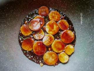 红烧杏鲍菇,如果觉得料汁少可再放入适量清水,杏鲍菇与汤汁基本平齐,盖上锅盖小火慢炖5--6分钟