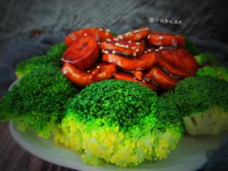 红烧杏鲍菇,出锅装盘,菜面上可再点缀少许芝麻即可