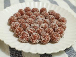 山楂雪丽球,取果泥每个5g左右搓圆,在白糖或椰蓉里滚一下,防粘又好看,增加口感的层次