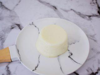 桂花奶冻,然后倒扣在盘中