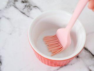 桂花奶冻,先把要装奶糊的容器在内部周围和底部都刷一遍油防粘(玉米油煮熟后再刷)
