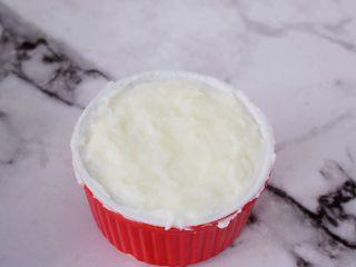 桂花奶冻,抹平表面,晾凉后盖上保鲜膜放入冰箱冷藏2-4小时,直至奶糊凝固即可