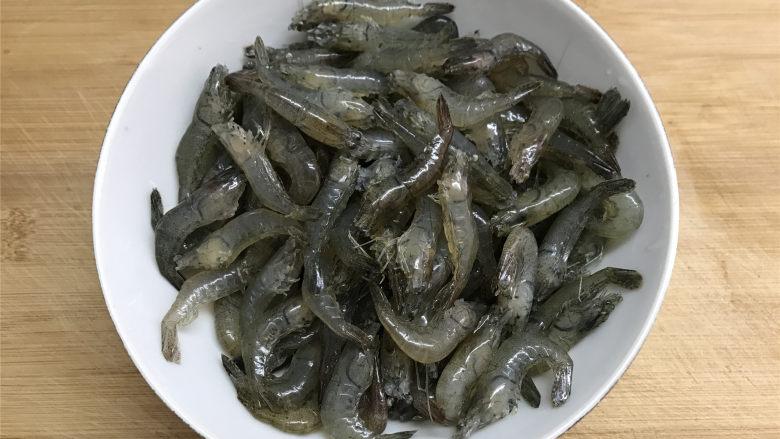 河虾豆腐汤,河虾买回来后,剪去虾枪和虾脚,清洗干净。