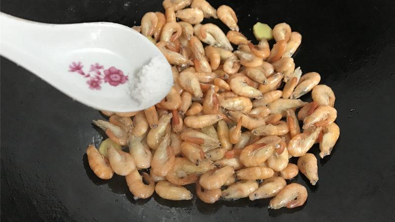 河虾豆腐汤,炒匀后加少许盐调味。