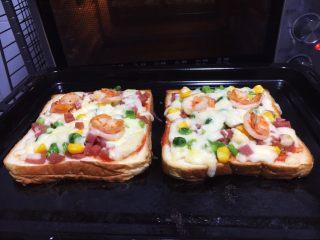 鲜虾吐司披萨,奶香浓郁的鲜虾吐司披萨出炉啦,满屋飘香。