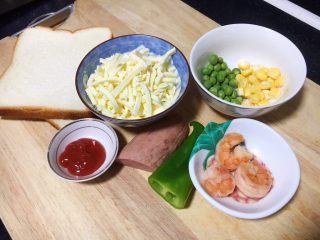 鲜虾吐司披萨,准备好食材。 吐司提前从冰箱冷冻室拿出来,回暖至室温。