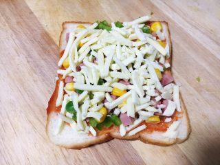 鲜虾吐司披萨,再放入适量的马苏里拉奶酪。 马苏里拉奶酪的量随个人喜好。