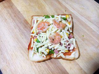 鲜虾吐司披萨,放入虾仁。