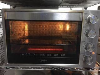 鲜虾吐司披萨,烤箱上下火调至200多,预热5分钟。