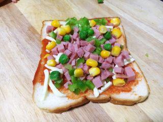 鲜虾吐司披萨,放入适量的火腿粒、豌豆、玉米。