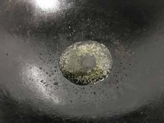 香辣大闸蟹,锅中放适量油。