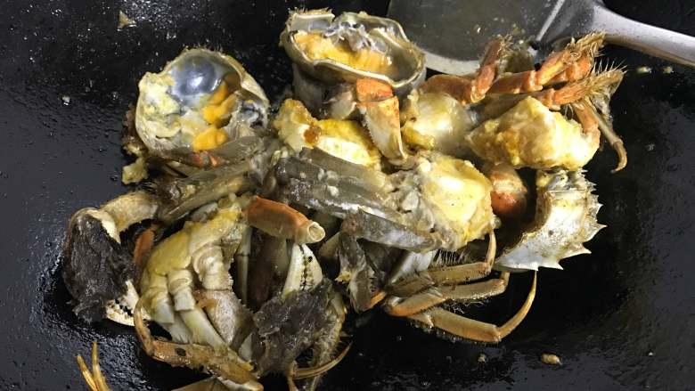 香辣大闸蟹,把裹了面粉的大闸蟹炸至金黄色后捞出。