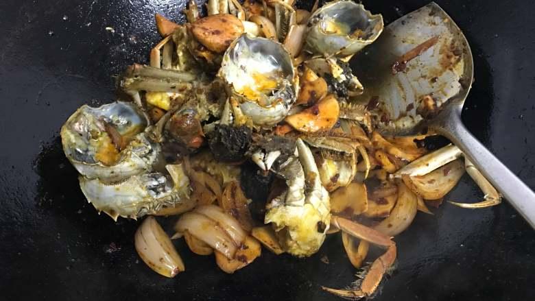 香辣大闸蟹,再放炸好的大闸蟹翻炒。