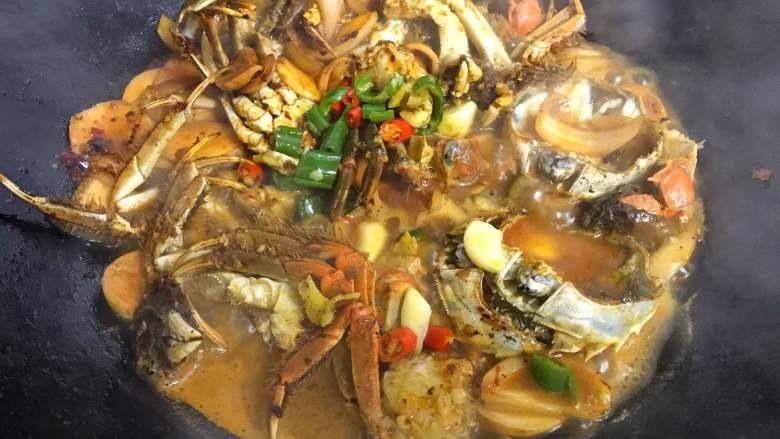 香辣大闸蟹,加适量的水,用少许盐调味,放入青、红椒焖煮入味。