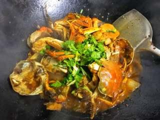 香辣大闸蟹,出锅前撒入香葱和香菜即可。