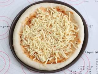 自制培根披萨,再撒一层芝士碎。