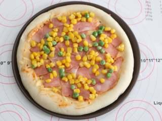 自制培根披萨,再撒上玉米粒、豌豆粒。