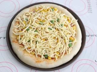 自制培根披萨,最后再撒上一层芝士碎。