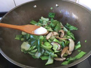 香菇炒油菜,放入少许的盐,翻炒均匀。