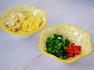 花甲粉,蒜切末,姜切丝,葱切葱花,小米椒斜切圈