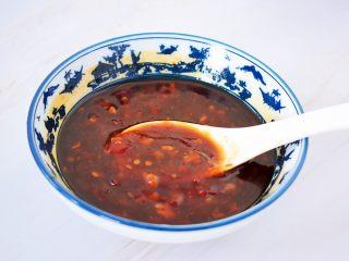 花甲粉,取一个碗:加入料酒、蚝油、生抽、蒜蓉辣椒酱调成酱汁备用