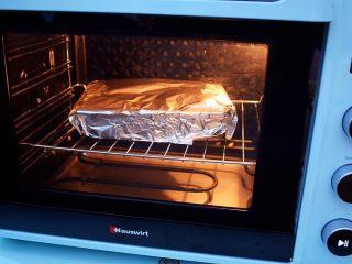 花甲粉,放入预热好的海氏烤箱,上下火200度,中层烤20分钟