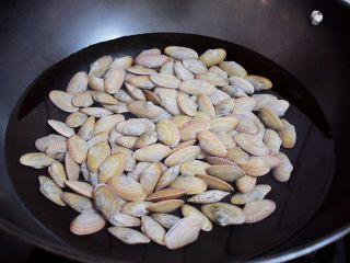 花甲粉,花甲让其吐完沙清洗干净,冷水下锅