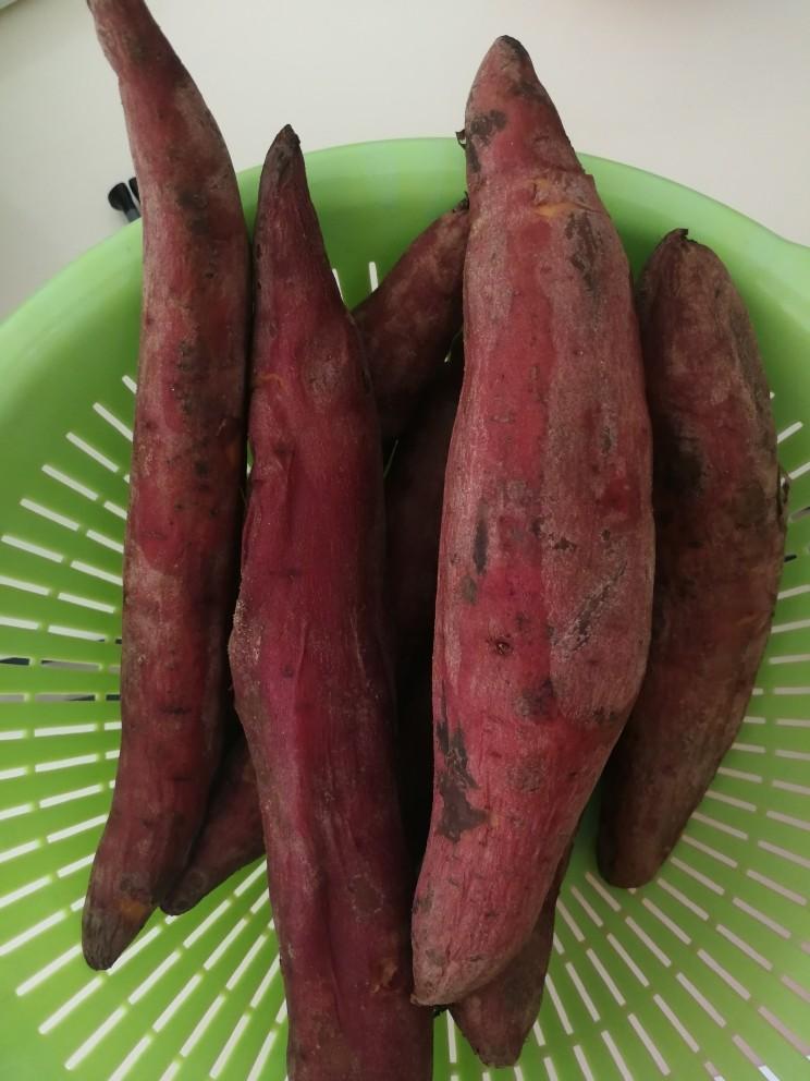 红薯干,上锅蒸熟,拿筷子一扎轻松扎透即可。