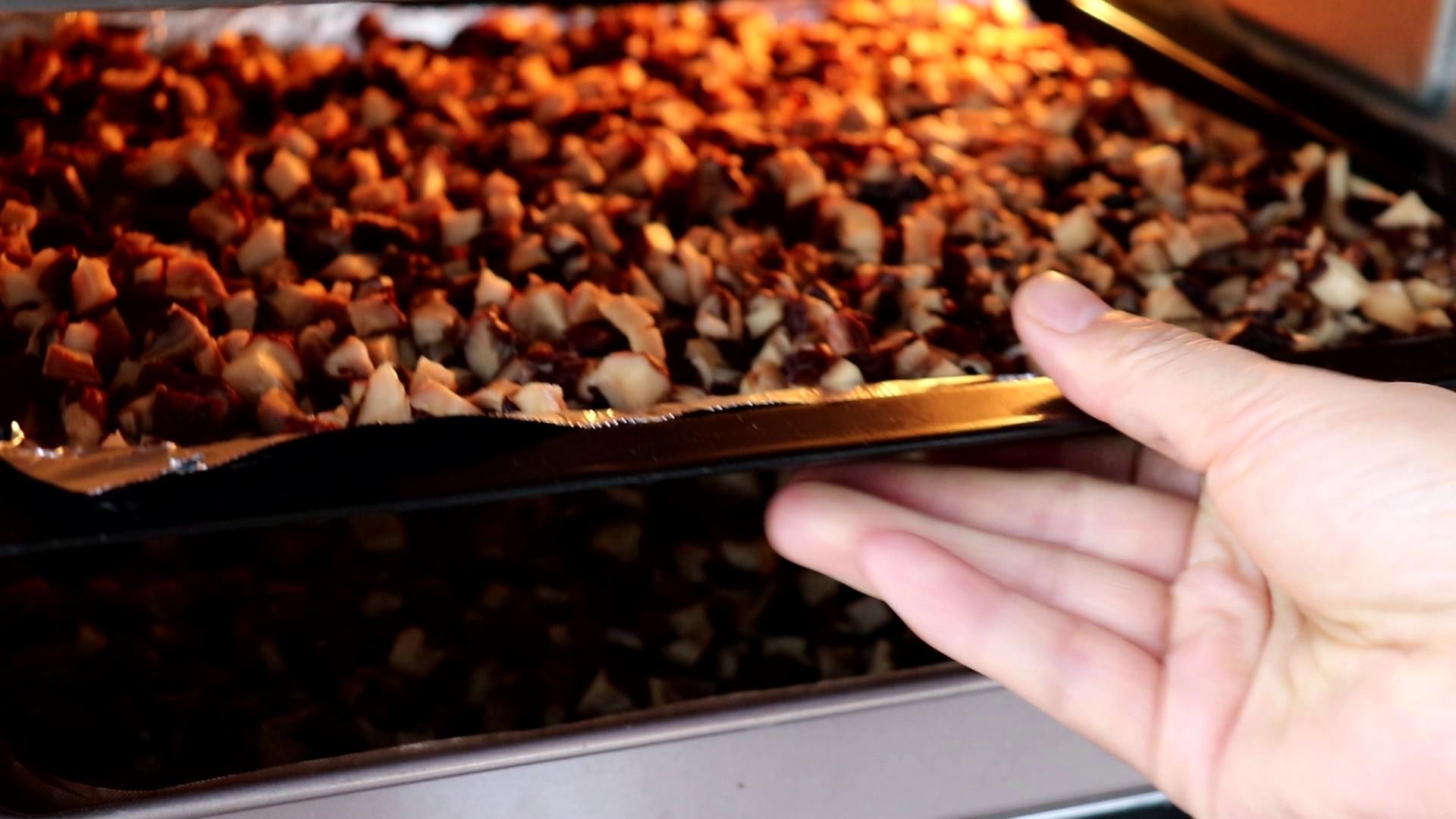 自制香菇粉,放入烤箱中,上下管90度,烘烤2h</p> <p>tips:这里我做的比较多,所以分开两盘烘烤,这样在烘烤时,切记上下两盘相互替换,以免受热不均匀烤焦</p> <p>