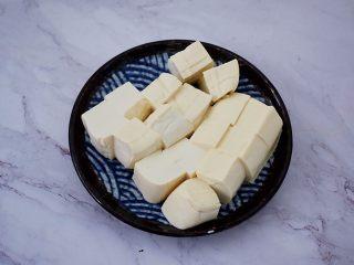 番茄金针菇豆腐汤,嫩豆腐切小块