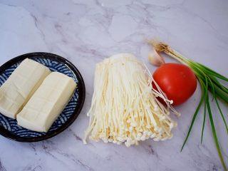 番茄金针菇豆腐汤,准备好材料