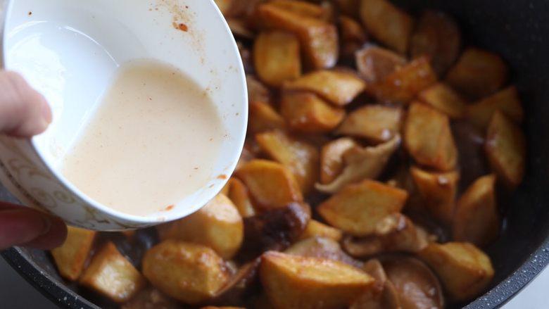 土豆烧香菇,最后淋适量水淀粉,翻炒均匀;