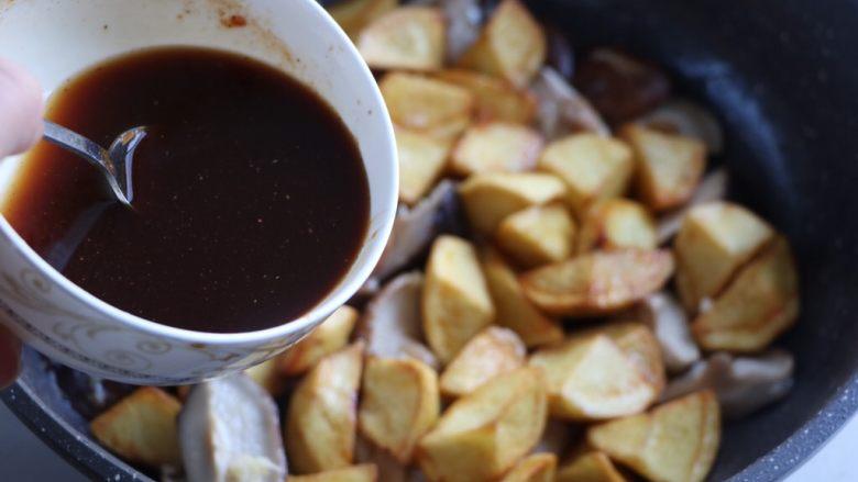 土豆烧香菇,倒入酱汁;