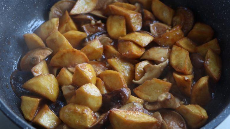 土豆烧香菇,翻炒均匀;