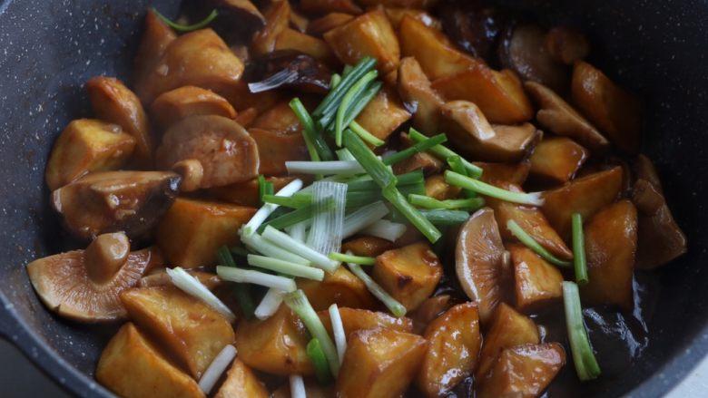 土豆烧香菇,出锅之前放入小葱段即可;