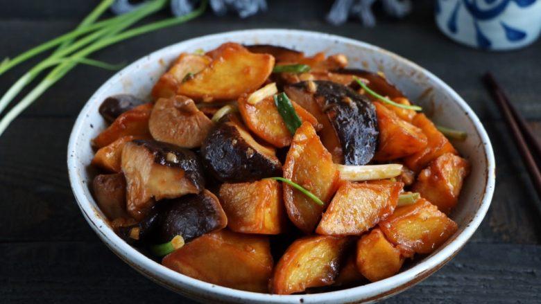 土豆烧香菇,香喷喷的土豆烧香菇就好了!