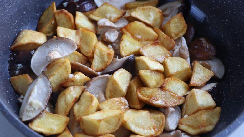 土豆烧香菇,放入炸好的土豆继续翻炒;