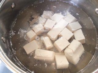 荠菜肉丝豆腐羹,豆腐改刀切小块后,水里汆烫一下去掉点豆腥气