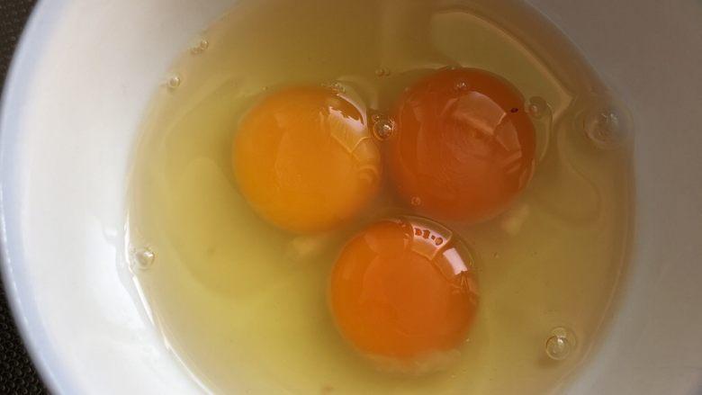 小时候的味道~鸡蛋裹馒头,三颗<a style='color:red;display:inline-block;' href='/shicai/ 9'>鸡蛋</a>打在碗里