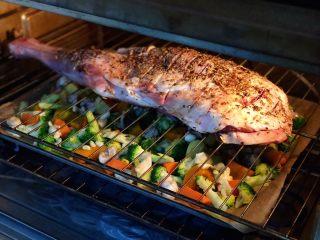 烤羊腿,烤箱预热好后 先放入蔬菜在最下层 再把羊腿放在中层