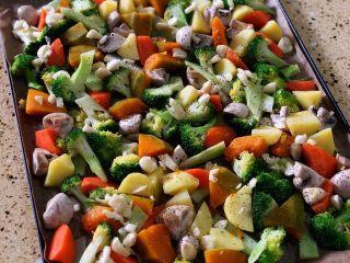 烤羊腿,铺好后 撒一些黑胡椒碎和海盐以及切好的蒜片