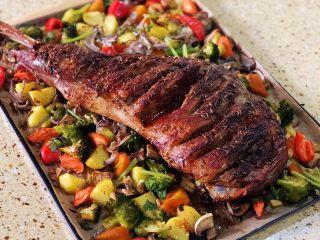 烤羊腿,烤好的羊腿 外焦里嫩 准备一把好刀 开吃!