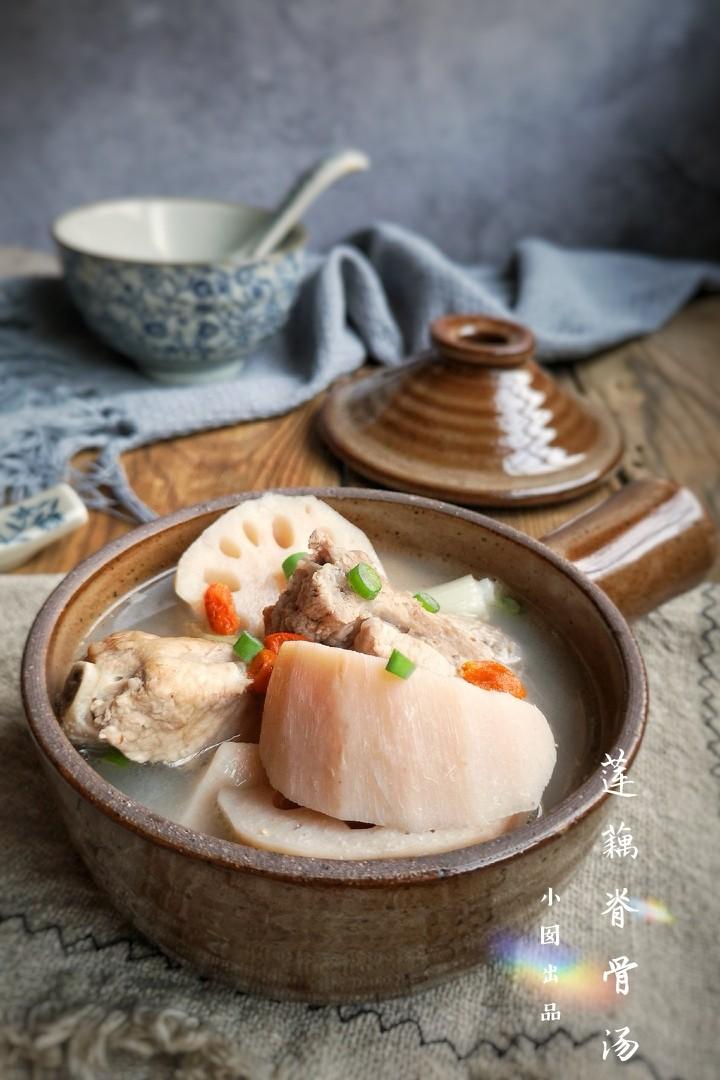 莲藕脊骨汤,味道浓郁,莲藕软糯,清淡不油腻。