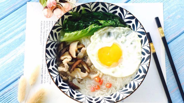 长寿面&生日面,面线盛在汤碗里浇上做好的香菇肉丝再放上荷包蛋