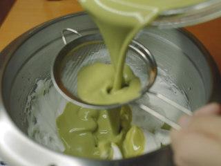 抹茶魔法蛋糕,抹茶面糊过筛倒入蛋白霜。 先倒一半。翻拌几下,以不拌匀为目标。