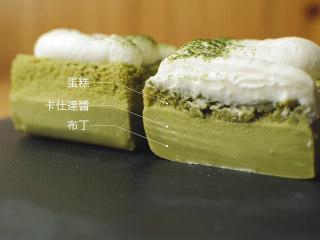 抹茶魔法蛋糕,切开就是三层的状态啦,最底下是布丁状的,中间是卡仕达酱,上面是海绵蛋糕。