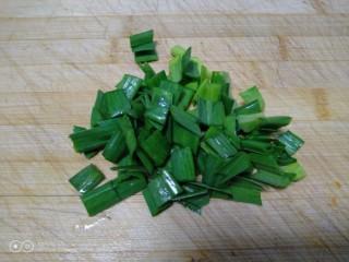 咸蛋清南瓜菜焖方便面,蒜苗叶切碎。